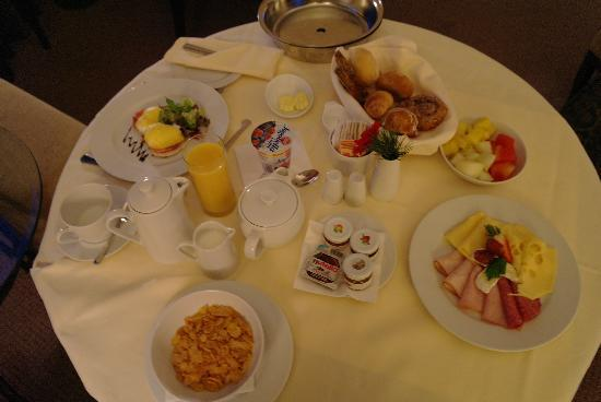 InterContinental Warszawa: 'American Breakfast' room service