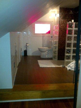 Royal Street Inn and R Bar: Bathroom area-CLEAN!