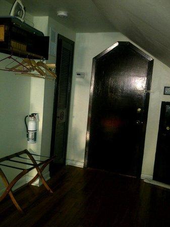 Royal Street Inn and R Bar: Entrance/Exit of Room