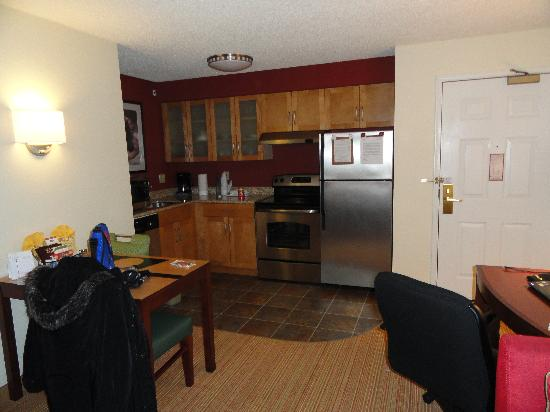 Residence Inn Anchorage Midtown: Kitchen