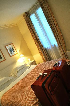 Hotel Le Vignon: queen bed