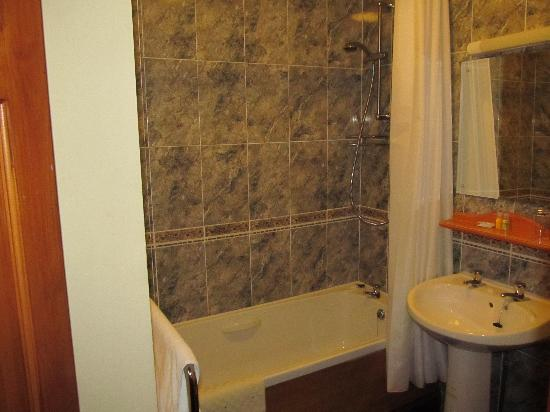 Crags Hotel: Nice, clean bathroom