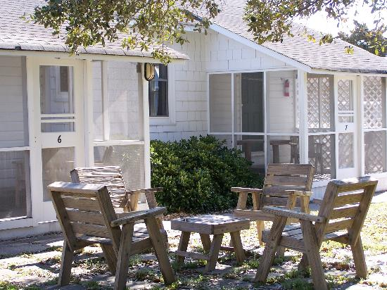 Edwards of Ocracoke Rooms and Cottages: Rooms with screened porches