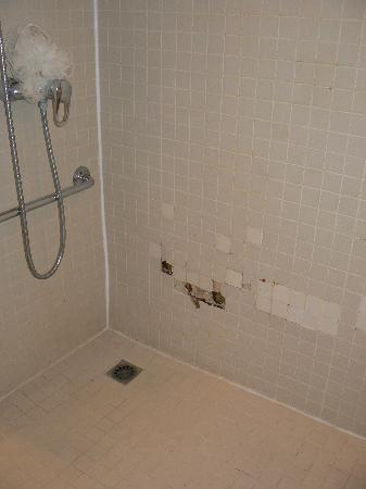 Kyriad Paris Ouest - Colombes: damage to bathroom tiles