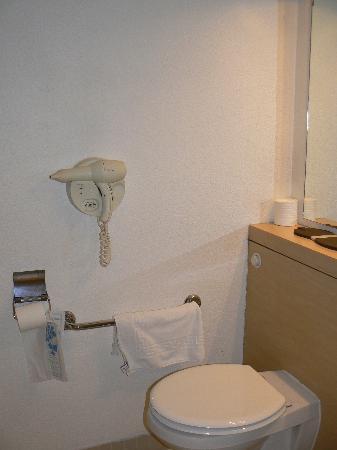 Kyriad Paris Ouest - Colombes : bathroom