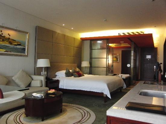Haiyatt Garden Hotel-Dongguan: Salon, Lit King Size, Salle de bain