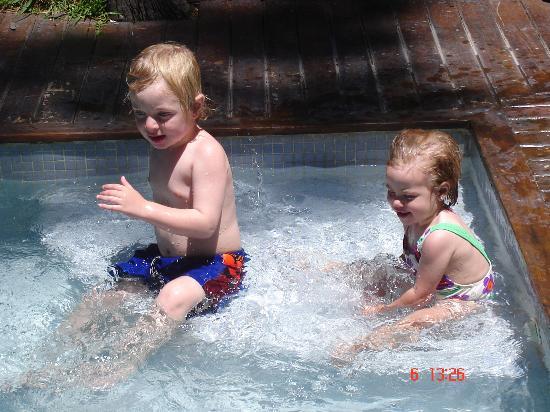 Las Hadas: Valentino y Candela en la piscina