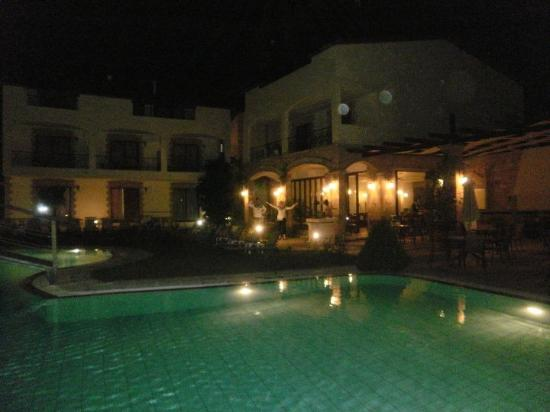Villas Duc-Rhodes: Poolområdet om aftenen