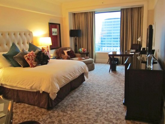 "Four Seasons Hotel Singapore: 11th floor ""couples"" room"