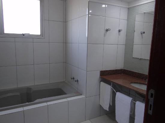 Ponta Porã, MS: Suites possuem banheiras com hidromassagem e box com chuveiro