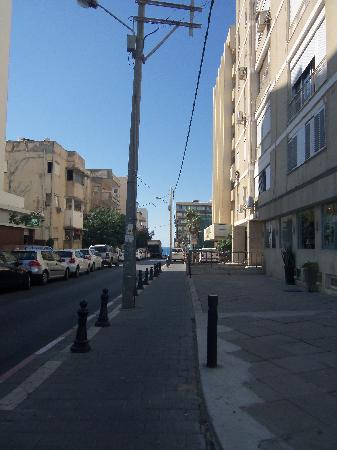 Hotel Prima City, Tel Aviv: Blick von der Straße-Richtung Meer, re. hinten das City Hotel