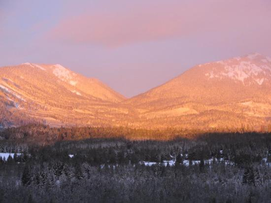 Suncadia Resort: Sunrise view over the mountains...