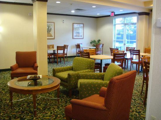Fairfield Inn & Suites Sudbury: reception and breakfast area