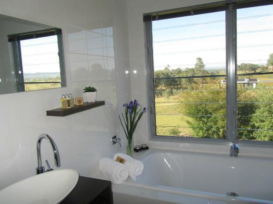 Blackwattle Luxury Retreats: Bath with a view