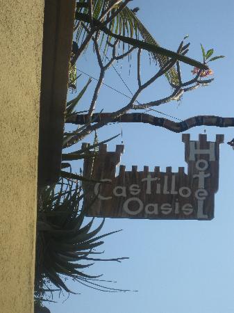Posada Castillo Oasis: Sign Marking the Entrance