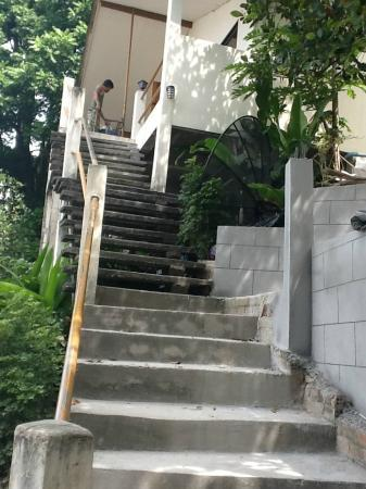 Tara Inn Bungalows: stairs
