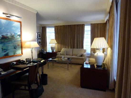 Sofitel Washington DC: Corner Suite's Spacious Living Room