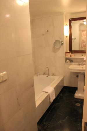 Lilianfels Resort & Spa - Blue Mountains: Deluxe room bathroom