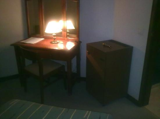 Hotel Castelao: Escritorio y mueble bar (vacío)