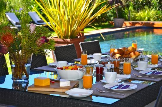CUBE Guest House: Breakfast at the Pool