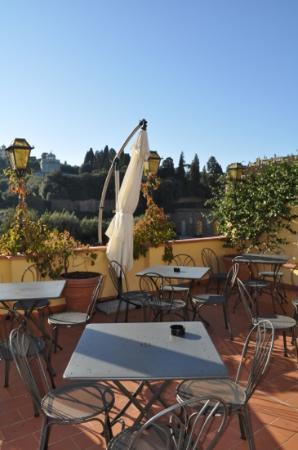 هوتل لا سكاليتا: la terrasse ou il fait bon prendre le petit déjeuner