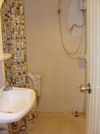 Queen's Garden Resort at River View: Salle de bain
