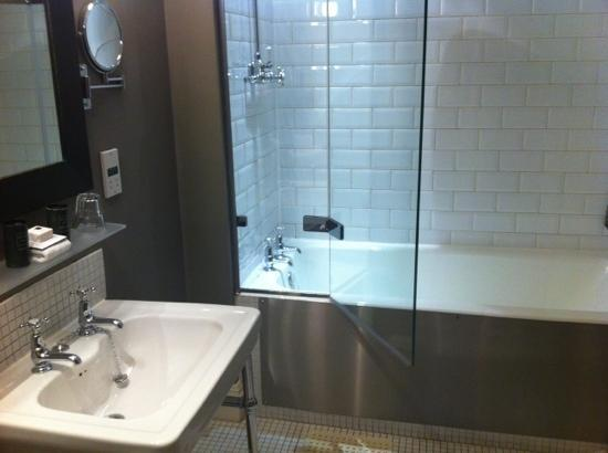 Hotel du Vin & Bistro: extra large baths and a lovely powerful shower