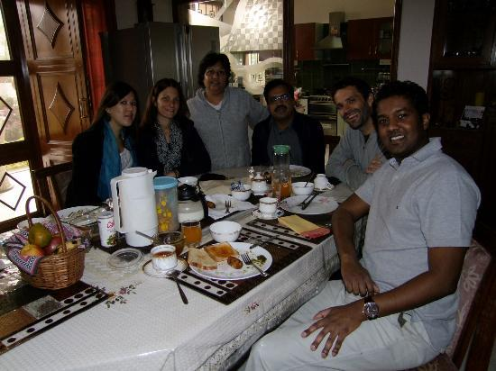 Jaipur Friendly Villa: Breakfast with other friendly guests