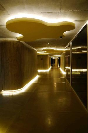 Entre Cielos: Lobby/corridor at night.