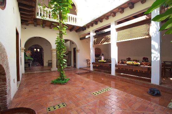 Hotel Quadrifolio : Inner court facing the front door.