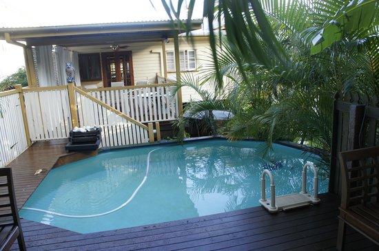 Cream Gables Bed & Breakfast: breakfast overlooking pool
