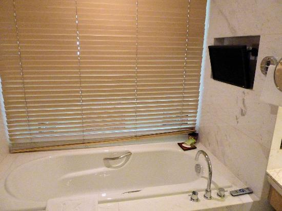 JW Marriott Hotel Beijing: Executive room: Bathroom including TV