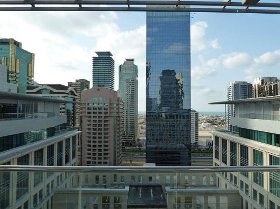 The Ritz-Carlton, Dubai International Financial Centre: Blick von der Pool-Terrasse im 14. Stock