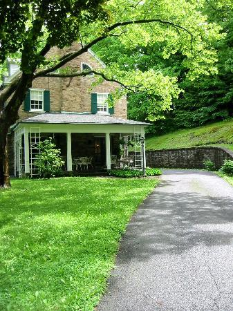 Stony Point Bed & Breakfast: Entrance driveway