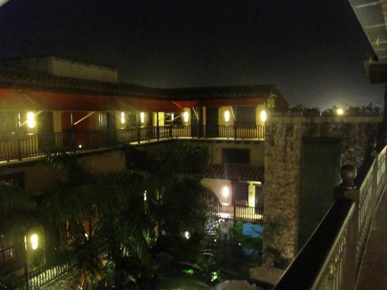 Armeria Real Luxury Hotel & Spa: Hotel courtyard at night