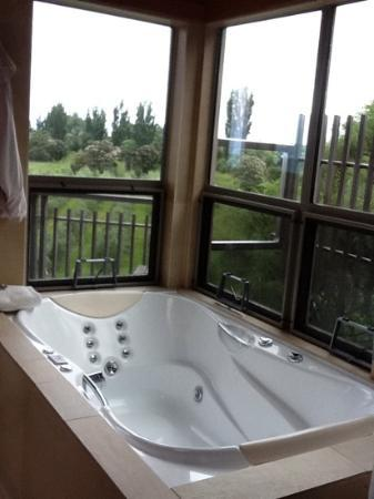 Hapuku Lodge: spa tub in treehouse