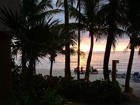 Las Sirenas Hotel & Condos: Beach near sunset.