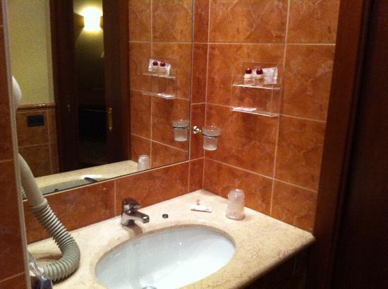Hotel Colonna: Lavabo con pochi strumenti per la doccia