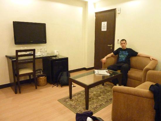 The Legend Inn: La partie salon de la chambre 405