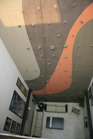 The Legend Inn: LE mur d'escalade dans le hall de l'hotel