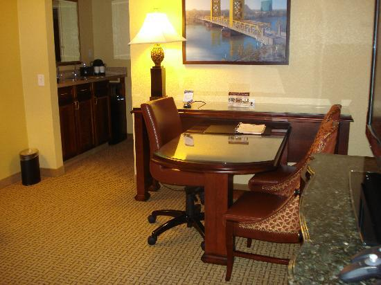 Embassy Suites by Hilton Sacramento - Riverfront Promenade: Front room and kitchen area