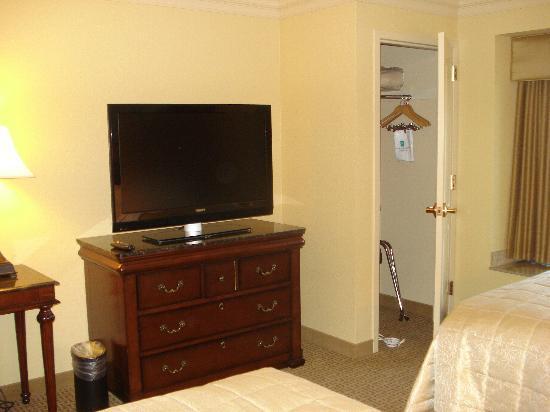 Embassy Suites by Hilton Sacramento - Riverfront Promenade: Sleeping area closet and TV