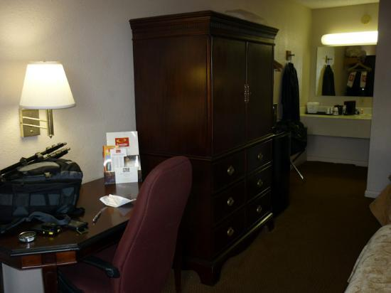 Econo Lodge Inn & Suites at Fort Benning: Room View 2