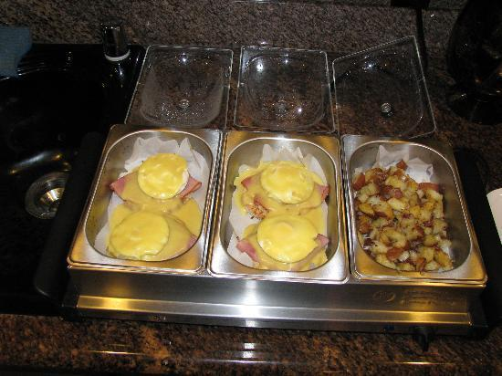 Otter's Cove Bed & Breakfast: Egg Benedict :-})