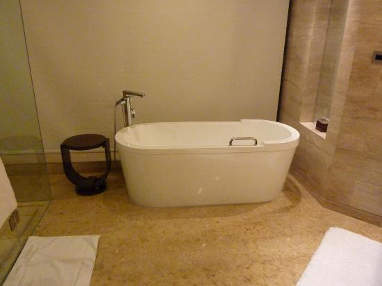 Beijing Marriott Hotel Northeast: Executive Suite: One rather nice bath