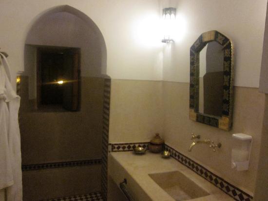 Riad Slawi : spacious bathroom
