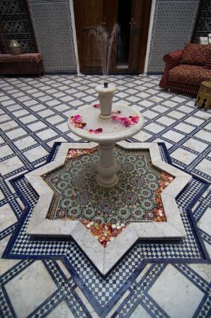 Riad La Perle De La Medina: Fes, La Perle de la Medina, Fuente del Patio