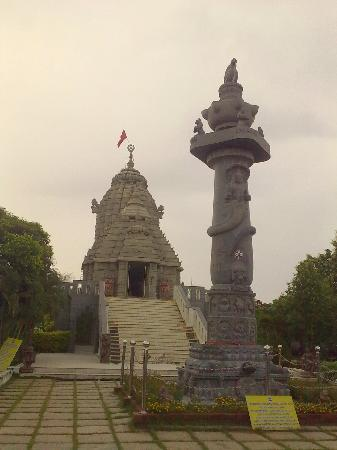 Jagannath Temple, Kanathur : The main shrine and the Garuda Stambha