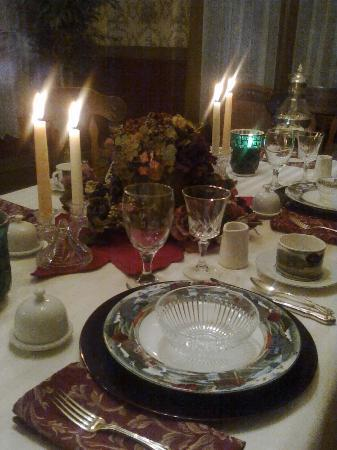 Millview Bed & Breakfast: Cozy candlelight breakfast