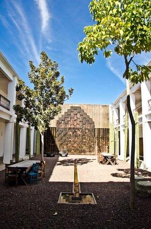 Hotel Azul : Patio con Fuente Mural del Maestro Toledo y habitaciones alredor